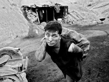 吉尔吉斯斯坦非法煤矿中的矿工04