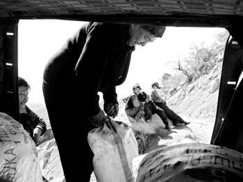 吉尔吉斯斯坦非法煤矿中的矿工08