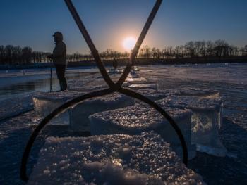 隆冬采冰13