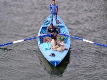 尼罗河上兜售旅游纪念品的人10