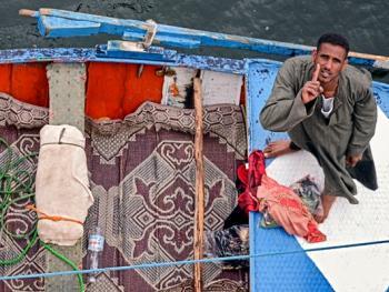 尼罗河上兜售旅游纪念品的人11