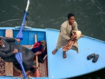 尼罗河上兜售旅游纪念品的人09