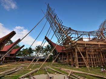 托拉雅人船型屋的建造04