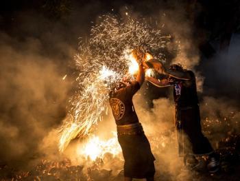 巴厘岛的火战仪式10