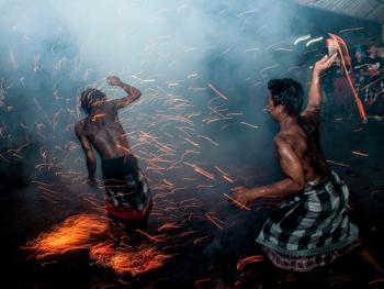巴厘岛的火战仪式11