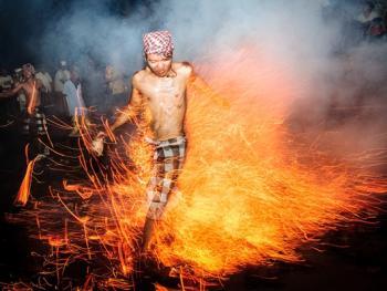 巴厘岛的火战仪式12
