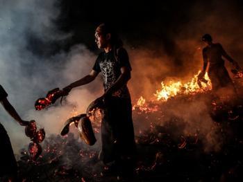 巴厘岛的火战仪式13