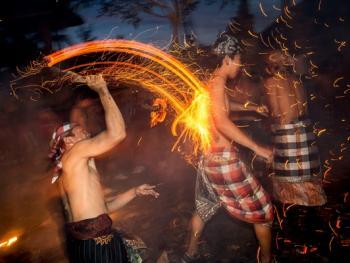 巴厘岛的火战仪式14