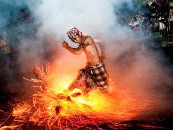 巴厘岛的火战仪式