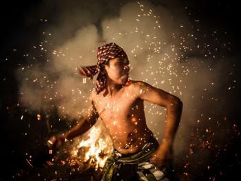 巴厘岛的火战仪式05