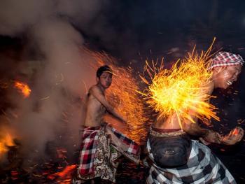 巴厘岛的火战仪式07