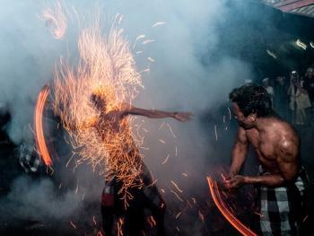 巴厘岛的火战仪式08