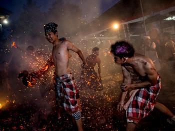 巴厘岛的火战仪式09