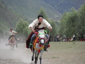 麦宿宗萨寺节日上的骑射比赛10