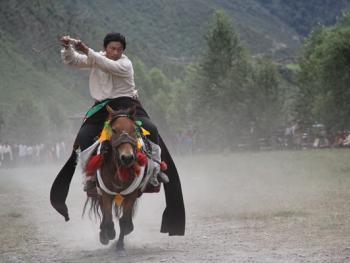 麦宿宗萨寺节日上的骑射比赛