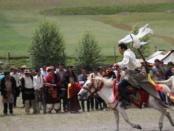 麦宿宗萨寺节日上的骑射比赛13
