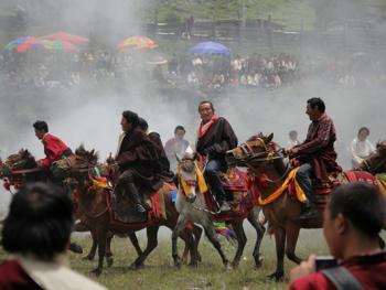 麦宿宗萨寺节日上的骑射比赛02