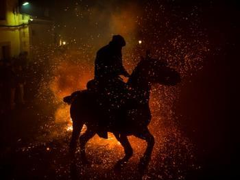 圣安东尼日策马跳火仪式04